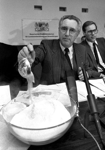 記者会見で放射能汚染して行き場のなくなった粉ミルクを 「危険性はない」となめて見せたアルフレッド・ディク州環境大臣。 1987年2月3日。